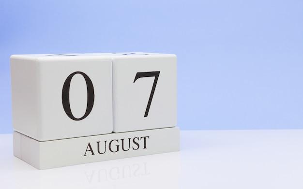 7. august tag 7 des monats, täglicher kalender auf weißer tabelle