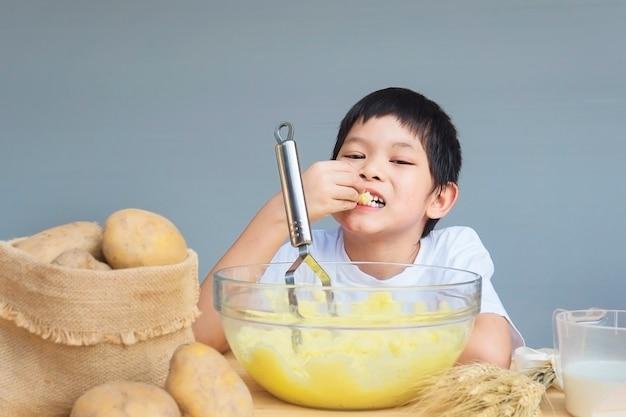 7 jahre junge, die glücklich kartoffelpüree macht