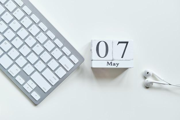 7 kalenderkonzept des siebten mai-monats auf holzblöcken.