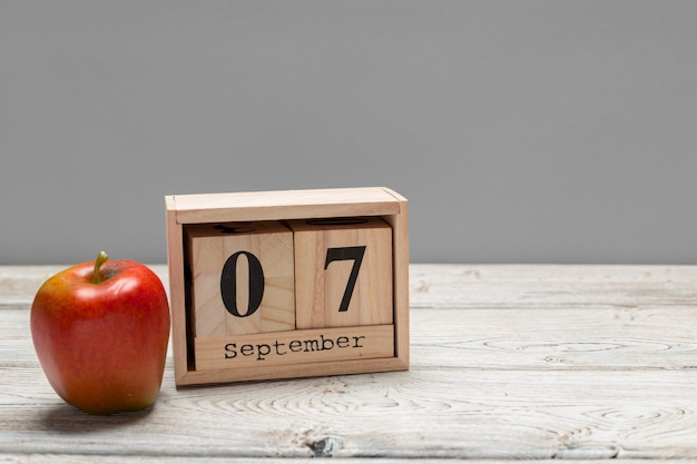 7. september. bild vom 7. september hölzernen farbkalender auf hölzernem.