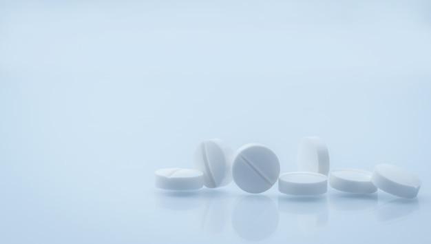 7 weiße runde tablettenpille lokalisiert auf weißem hintergrund mit schönem und einzigartigem