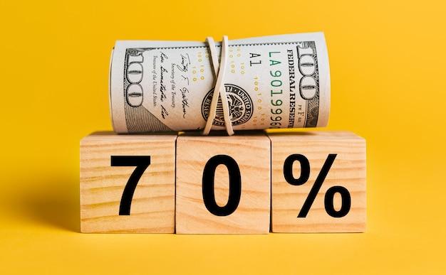 70 zinsen mit geld auf einem gelben platz