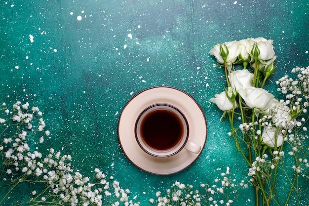8. märz frauentagskarte mit weißen blumen, süßigkeiten und einer tasse tee