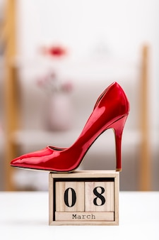 8. märz schriftzug mit roten high heels