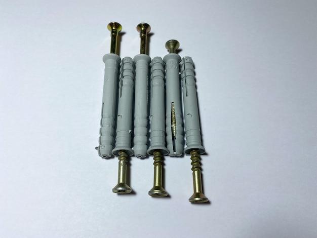 8 mm dübel mit selbstschneidenden schrauben auf weißem isoliertem untergrund