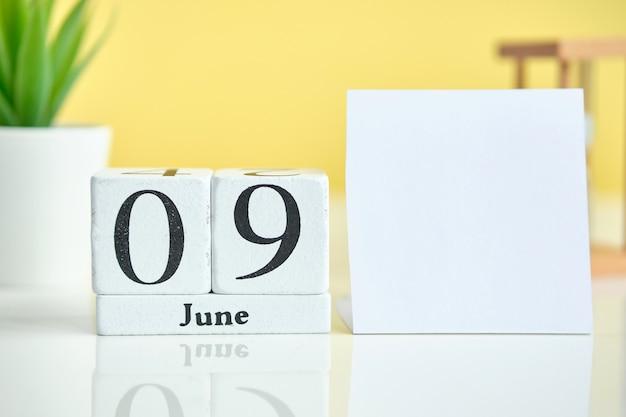 9. 9. juni juni monatskalender konzept auf holzblöcken. speicherplatz kopieren.