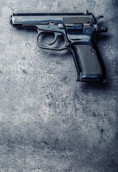 9-mm-pistole und kugeln auf dem tisch verstreut.