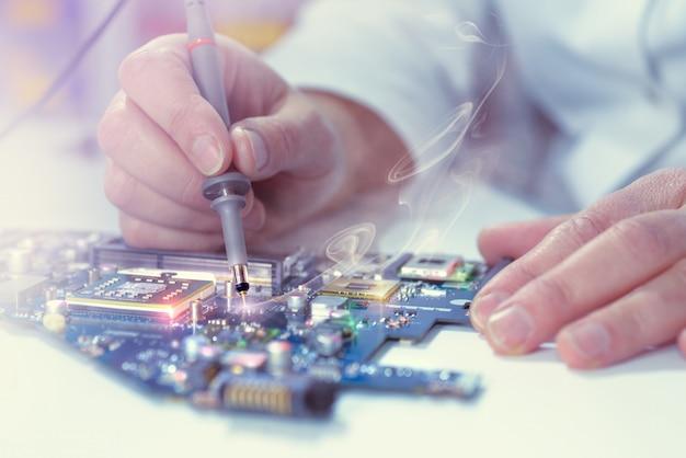 € ¦nahaufnahme beim prüfen des motherboards durch den tester