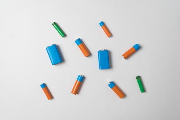 Aa-, aaa- und pp3-batterien auf weißem hintergrund.