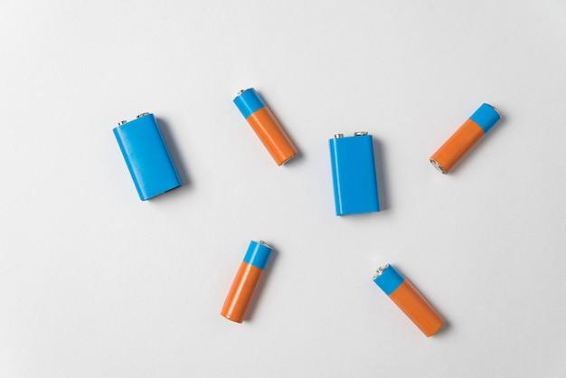 Aa- und pp3-batterien auf weißem hintergrund. verschiedene arten von akkumulatoren. draufsicht