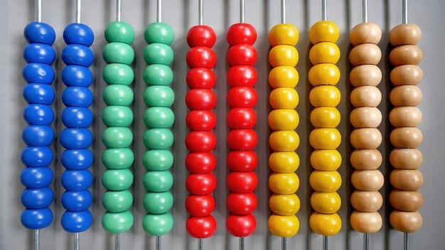 Abacus für counting practice center auf grauem hintergrund ausgerichtet
