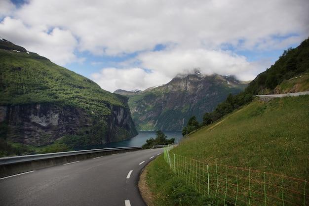 Abbiegungsstraße in norwegen, die zu einem schönen touristenziel führt.