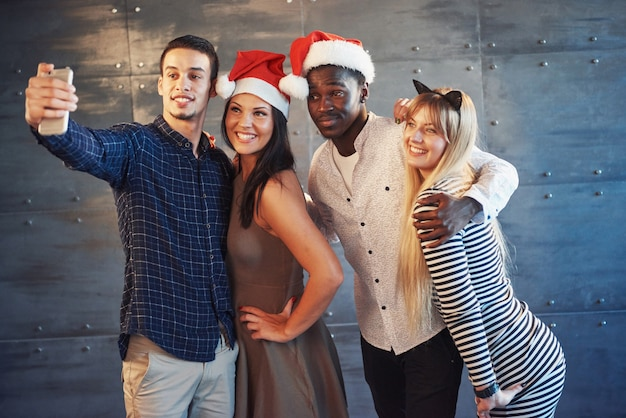 Abbildung, die gruppe multiethnische freunde feiert neues jahr zeigt