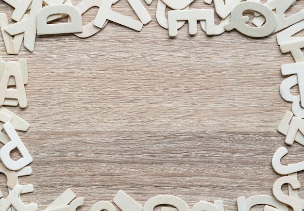 Abc-alphabet der draufsicht auf hölzernem hintergrund