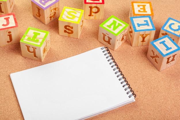 Abc-alphabet mit papieranmerkungsbuch