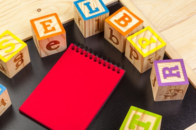 Abc-alphabet mit papiernotizbuch