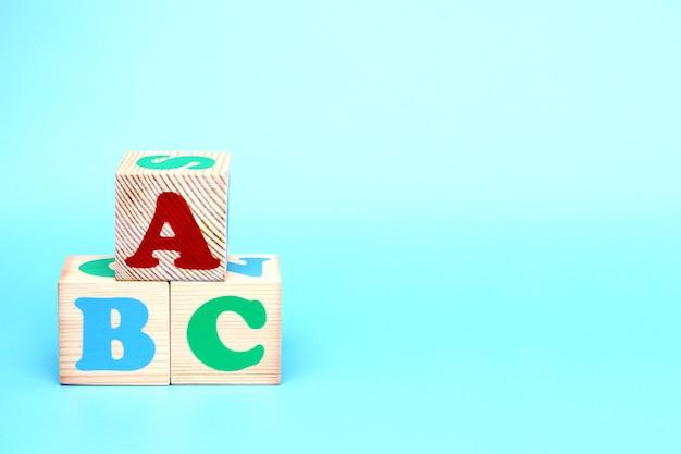 Abc-buchstaben auf holzspielzeugblöcken