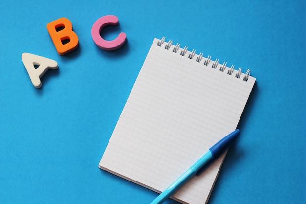Abc-die ersten buchstaben des englischen alphabets auf blau