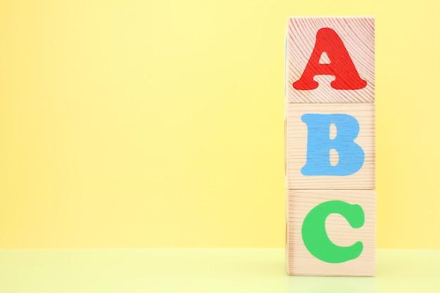 Abc - die ersten buchstaben des englischen alphabets auf hölzernen spielzeugwürfeln.