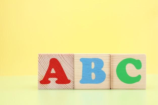 Abc - die ersten buchstaben des englischen alphabets auf holzwürfeln.