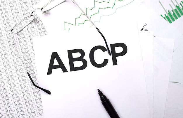 Abcp . konzeptioneller hintergrund mit diagramm, papieren, stift und brille