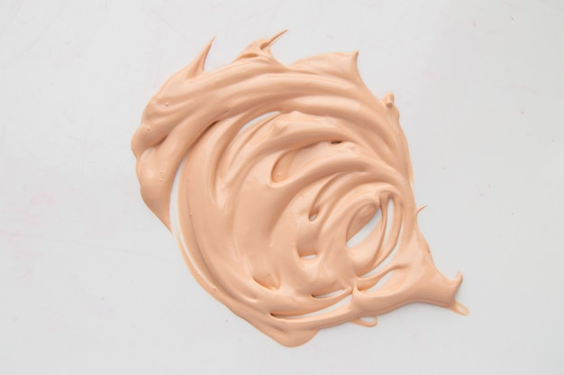 Abdeckstift, helles beige make-up, abstrichcremebasis, grundlage auf weißem hintergrund.