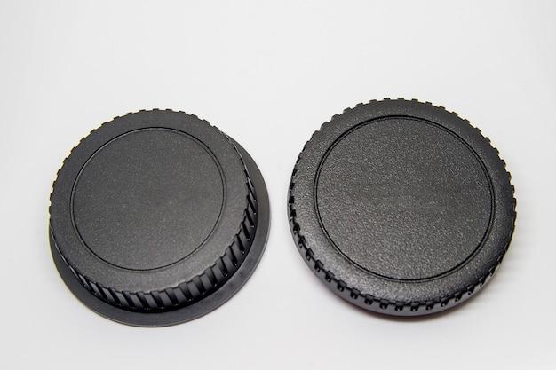 Abdeckung für fotografisches kameragehäuse und fotografisches objektivgehäuse auf schwarzem hintergrund.