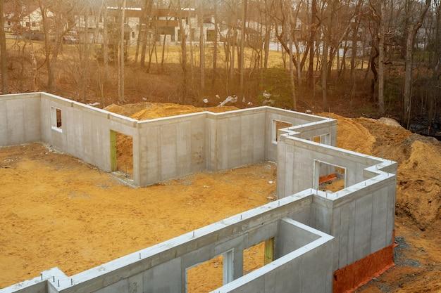 Abdichtung der fundamentisolierung mit styropor-schaumstoffplatten für energiesparendes haus.