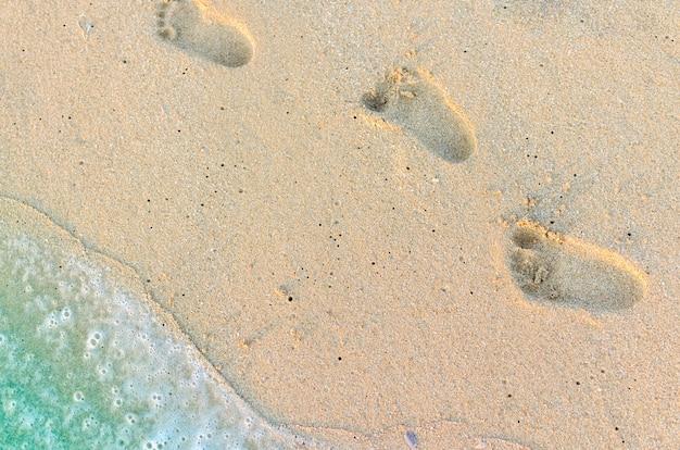 Abdrücke des babys auf dem sand