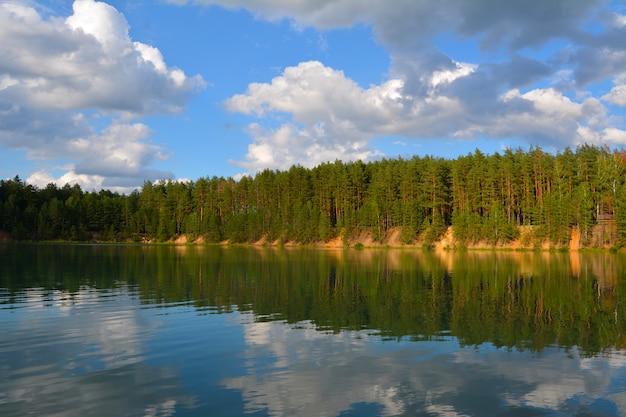 Abend am see in einem kiefernwald. blaue seen in der chernihiv region, ukraine