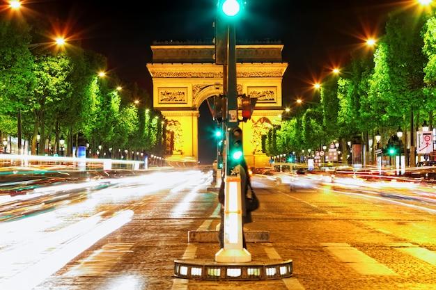 Abend auf den champs-elysees vor dem arc de triomphe.paris. frankreich.