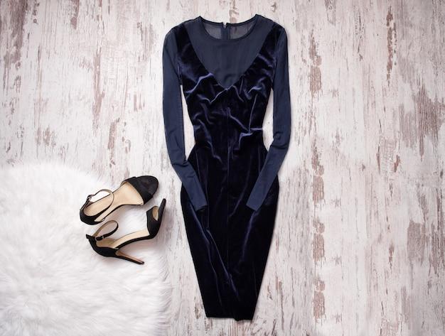 Abend samt blaues kleid mit chiffon, schwarze schuhe aus holz hintergrund