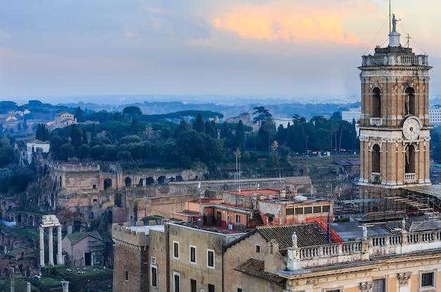 Abendansicht über die ruinen des forum romanum von il vittoriano oben.