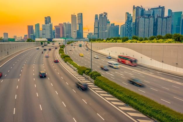 Abendautobahn in singapur. wolkenkratzer im hintergrund