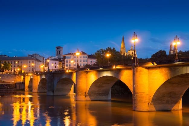 Abendblick von logroño. puente da piedra über ebro