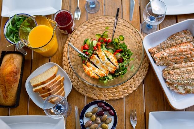 Abendessen für eine große gesellschaft auf der terrasse draufsicht gesundes essen auf dem tisch salat mit käse