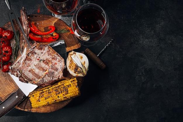 Abendessen für zwei personen mit steaks und rotwein
