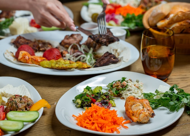 Abendessen in weißen tellern mit fleisch und gemüse, snacks.
