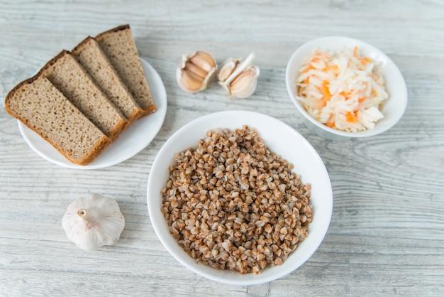 Abendessen mit buchweizen-müsli und sauerkraut und knoblauch