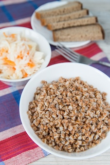 Abendessen mit buchweizen-müsli und sauerkraut
