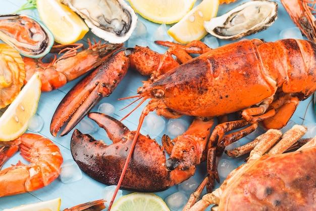 Abendessen mit meeresfrüchten, abendessen mit meeresfrüchten mit frischem hummer, krabben, muscheln und austern als hintergrund