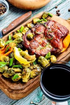 Abendessen mit steaks und rotwein