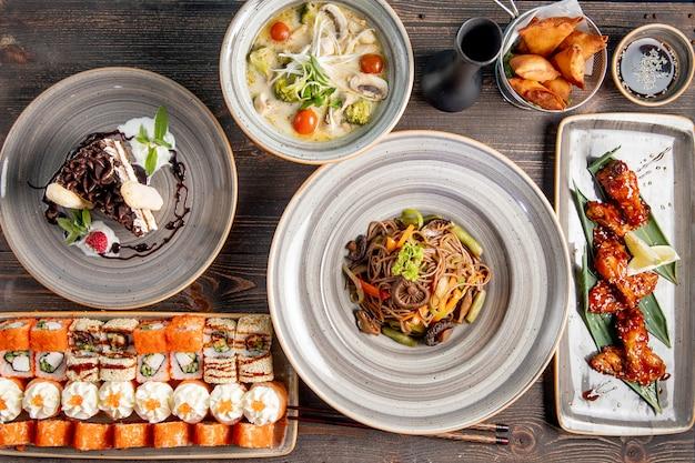 Abendessen mit sushi-suppe gebratenen hühnernudeln und kuchen