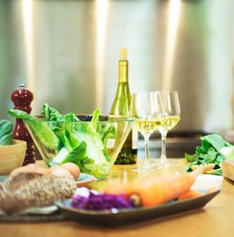 Abendessen-Vorbereitung, die Küchen-Küchen-Konzept kocht