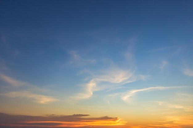 Abendhimmel mit buntem sonnenuntergangssonnenlicht