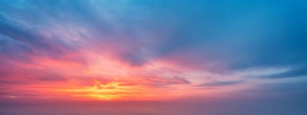 Abendhimmel und wolkenhintergrund