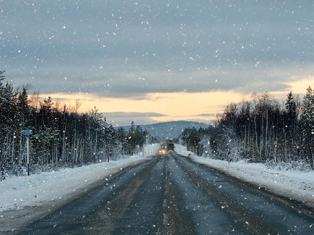 Abendliche winterschneestraße auf der kola-halbinsel