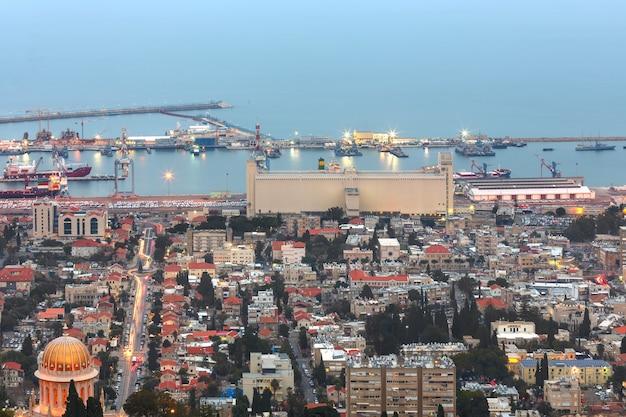 Abendlicher blick auf den bahai-garten und haifa