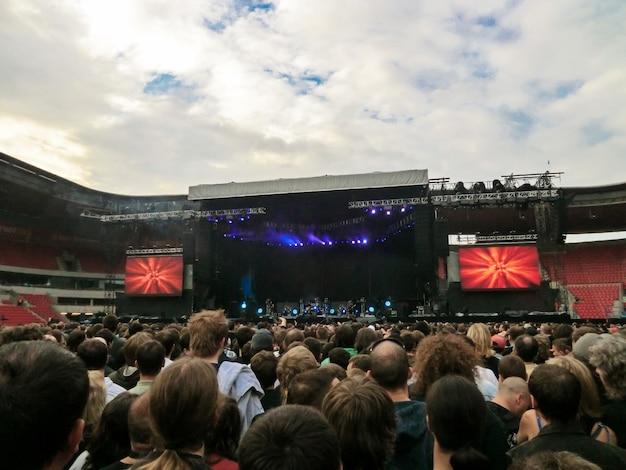 Abendliches rockkonzert vor großem publikum in einem open-air-stadion