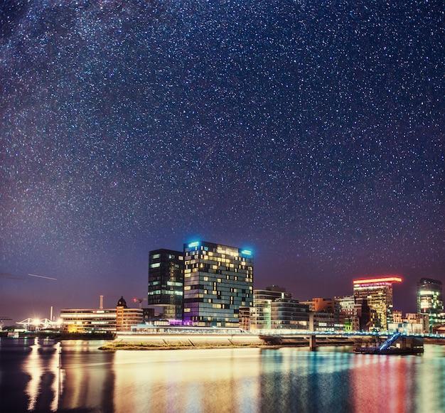 Abendlichter in der modernen stadt